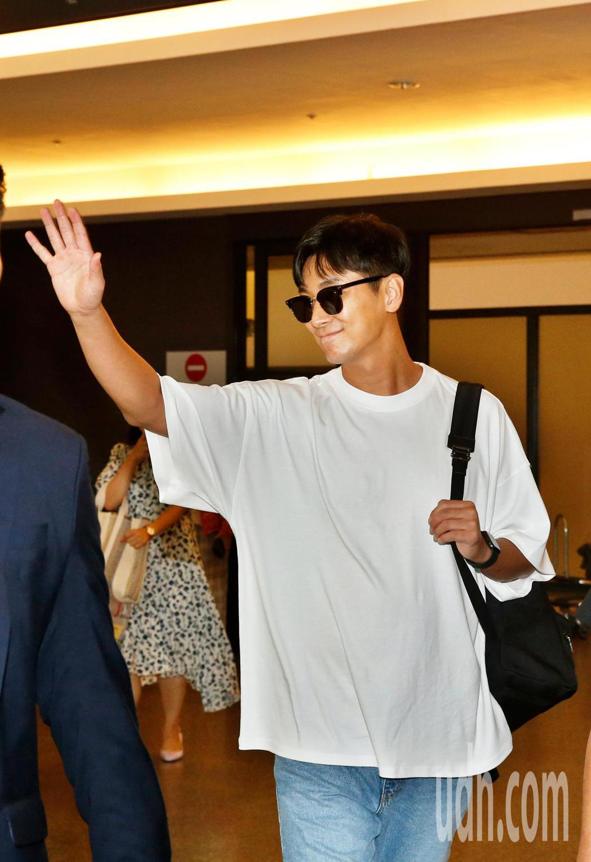 韓星朱智勛傍晚抵台,在走到入境大廳時,朱智勛開心地跟粉絲們揮手致意。記者鄭超文/...