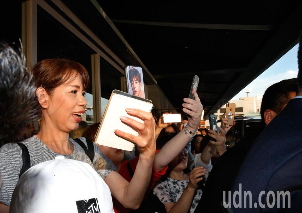 韓星朱智勛傍晚抵台,約有30位粉絲尖叫接機。記者鄭超文/攝影