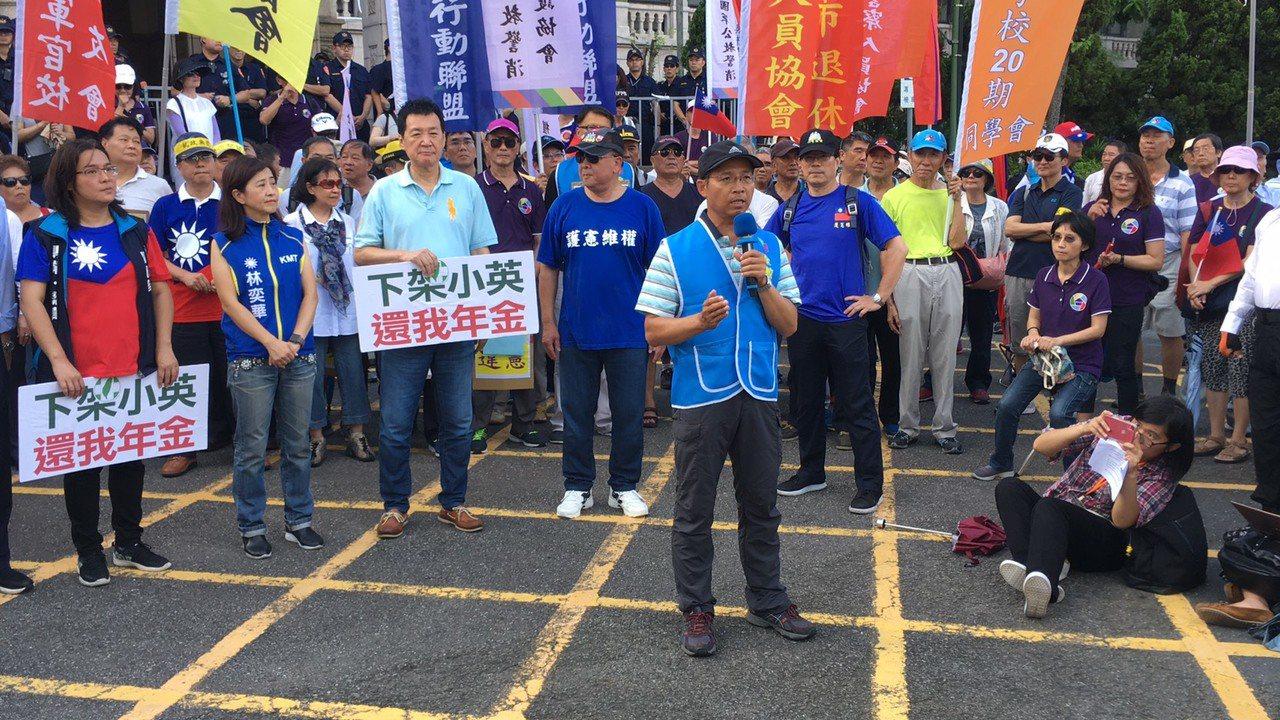 全國教育產業總工會前理事長黃耀南說,今天司法院大法官的解釋,可說是蔡政府對年金改...