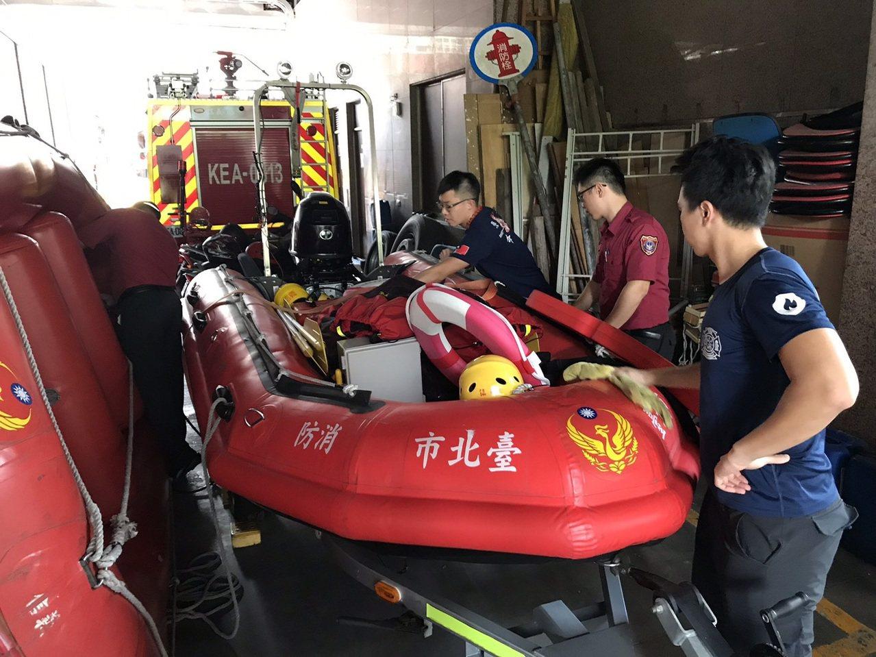氣象局發布輕颱白鹿陸上颱風警報,台北市消防局持續整備,提醒民眾做好防颱工作。圖/...