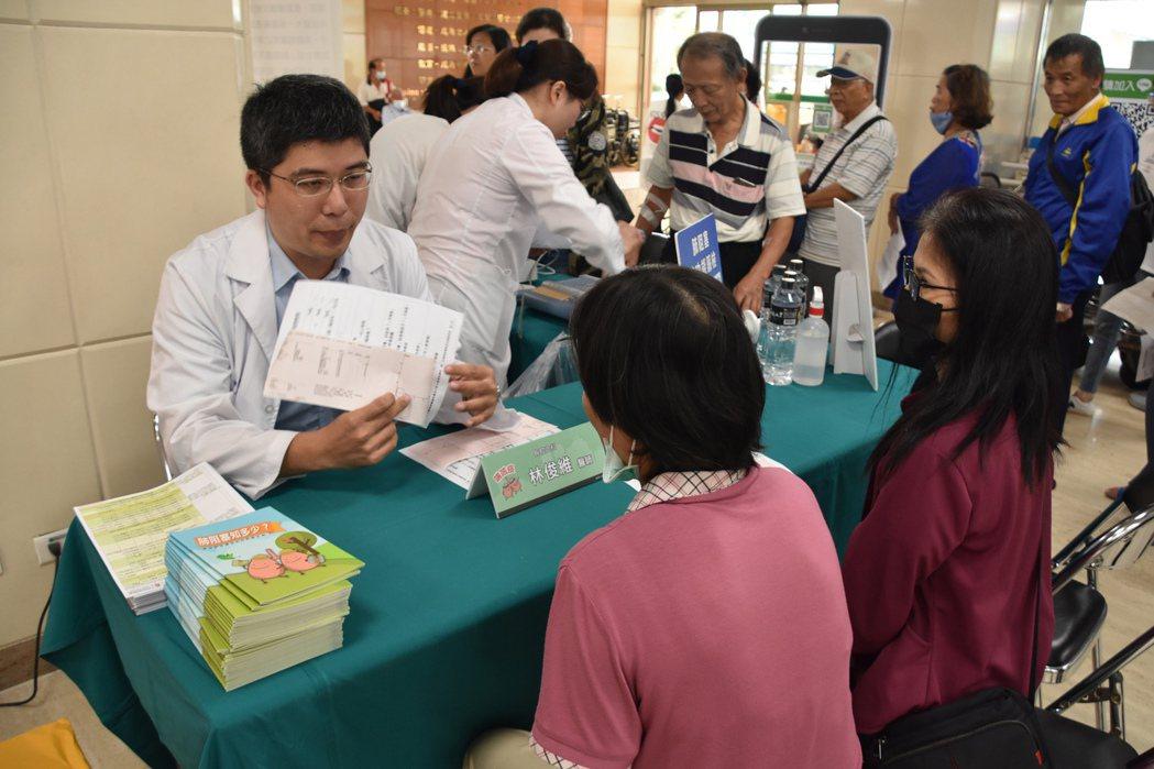 彰化基督教醫院今天舉辦「健康呼吸不肺力-肺功能篩檢活動」,在台灣65歲以上約每6...