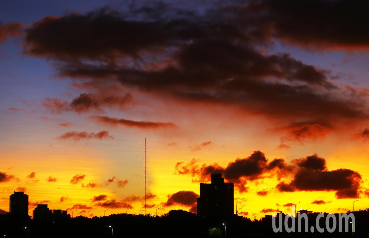 輕度颱白鹿逼近台灣,接近傍晚夕陽西下時,天空出現火燒雲的美景。記者杜建重/攝影