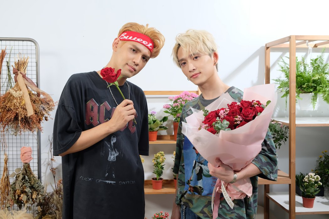 陳零九(左)與邱鋒澤新歌MV歪樓,狂飄BL味。圖/滾石唱片提供