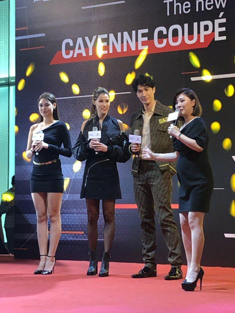 錦榮(右2起)、Akemi情侶檔和一起主持旅遊節目的佟凱玲出席微風信義之夜。記者...