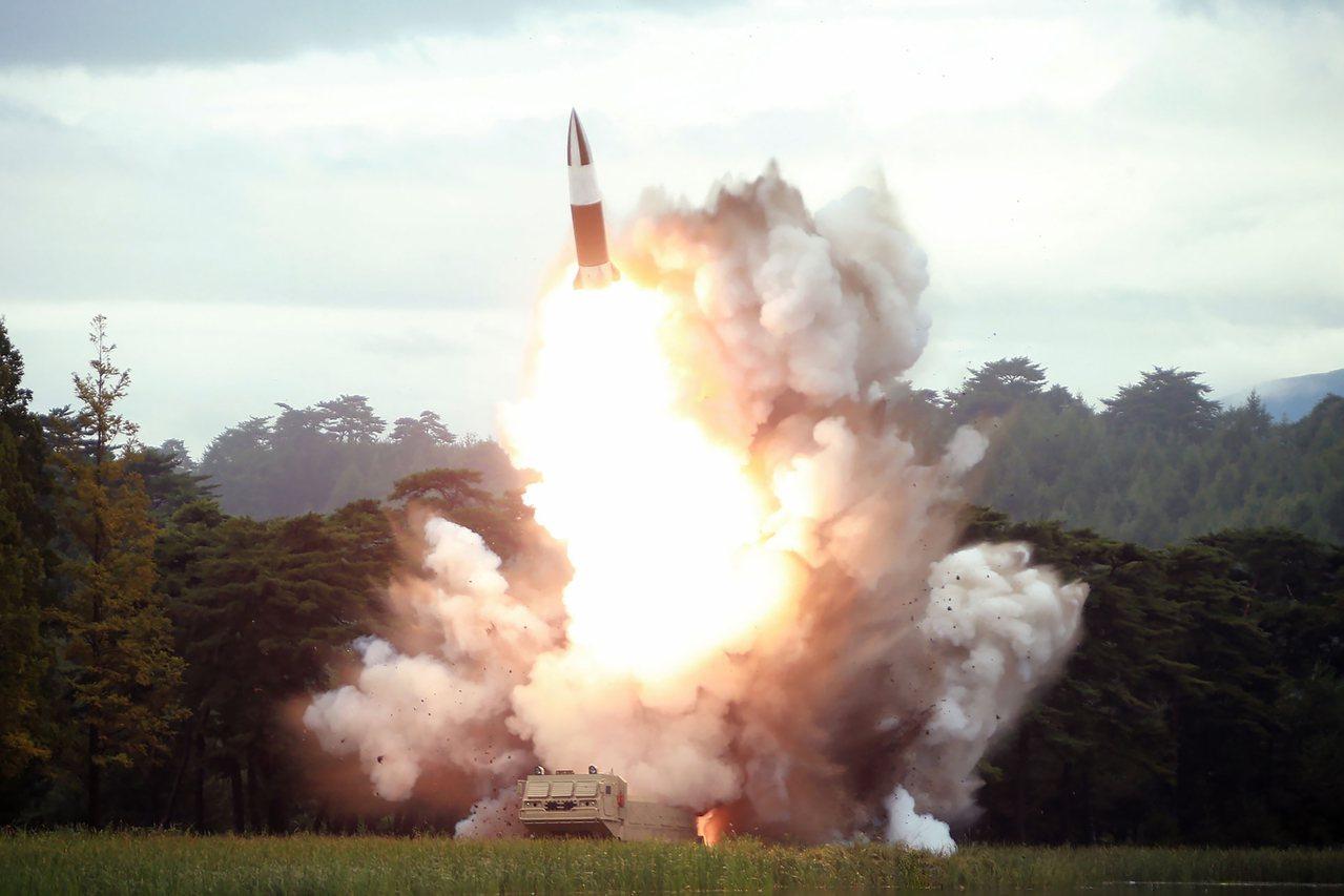 北韓官媒朝中社17日發布16日試射飛彈的照片。法新社