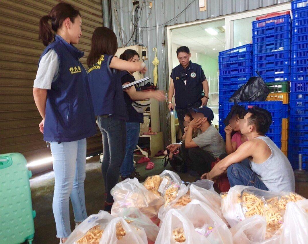 移民署新北市專勤隊今天在新店區一間印尼食品加工廠,查獲非法僱用4名印尼籍失聯移工...