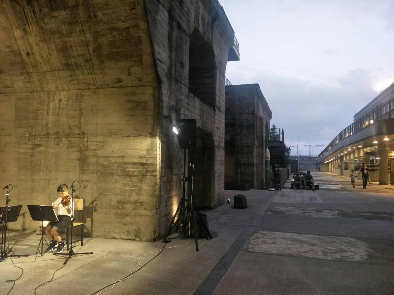 海科館遺址廣場,已經有好幾支廣告,mv在這裡取景,今天晚上更首次開放給學校辦音樂...