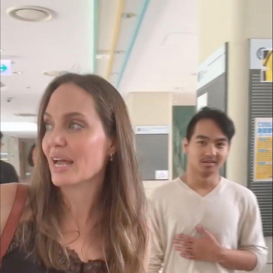 裘莉與養子麥鐸斯21日被拍到已抵達南韓。路透