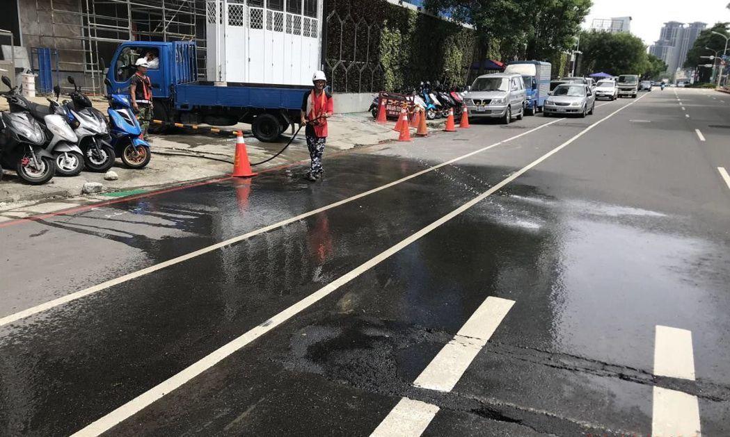 台中市政府通知前100大工地加強周邊道路洗掃,並加強營建工地揚塵逸散查處。圖/台...