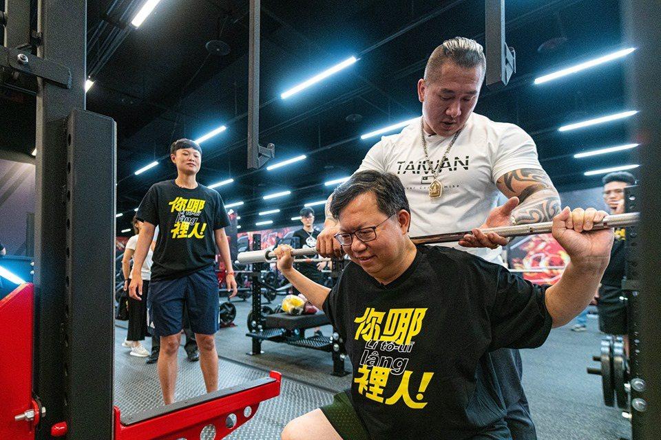 館長同框鄭文燦教健身 網友驚「胖周瑜」變迷你了