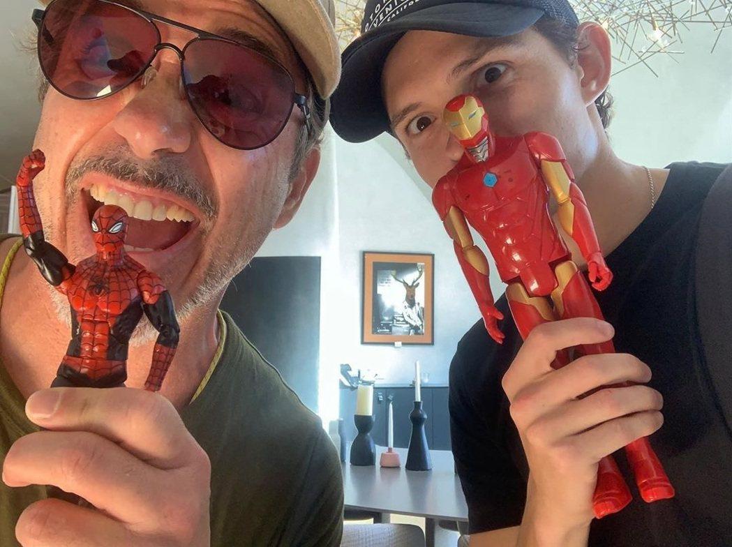 小勞勃道尼與湯姆霍蘭德互相拿對方角色的玩偶耍寶。圖/摘自Instagram