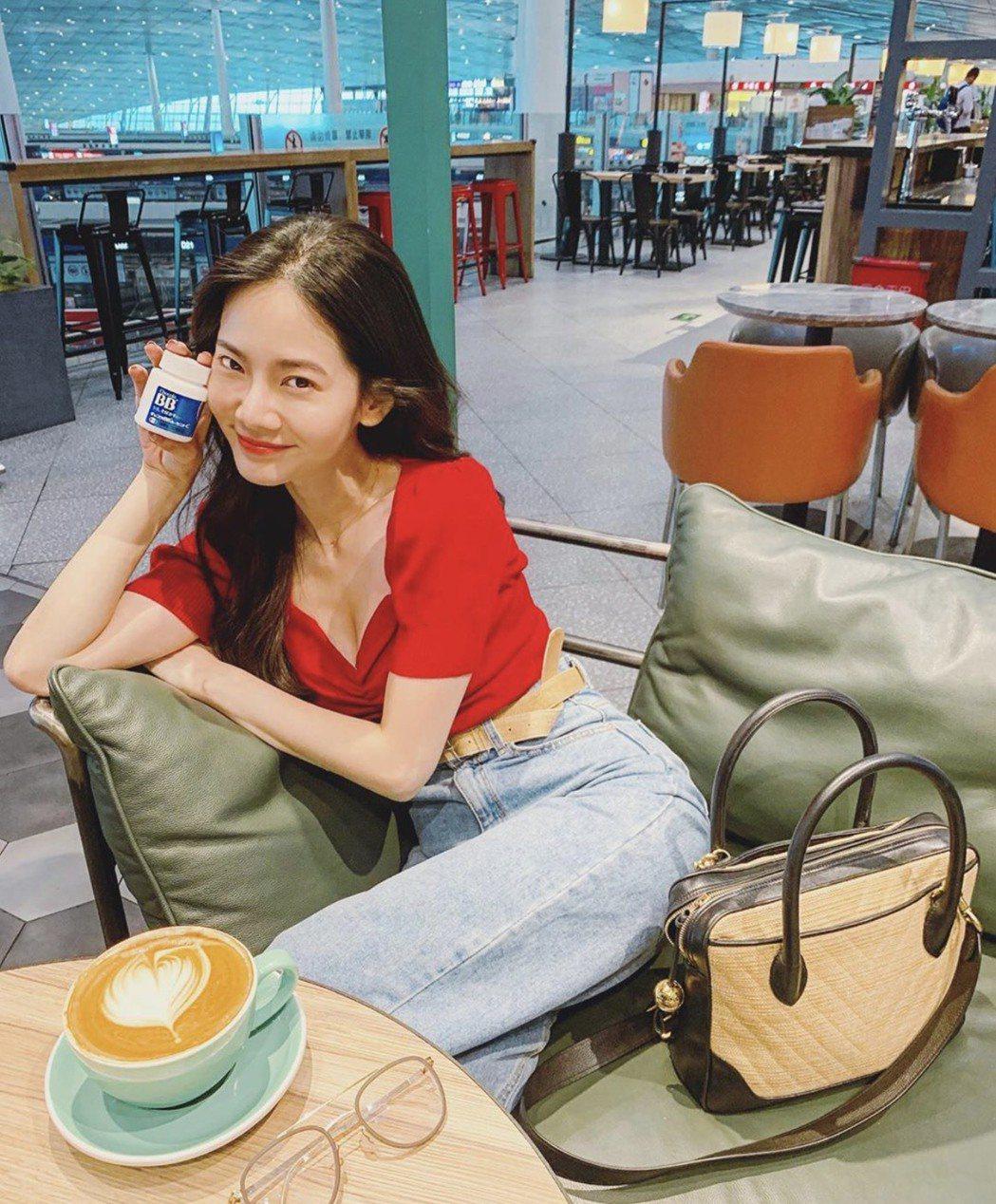 曾之喬曬出機場喝咖啡照,火辣短上衣超性感。圖/摘自IG