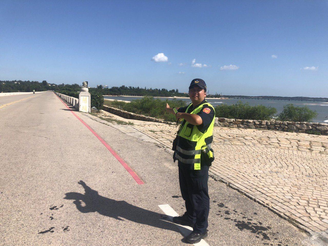 金門近日天氣炎熱,警察在烈日下值勤都很辛苦。記者蔡家蓁/攝影