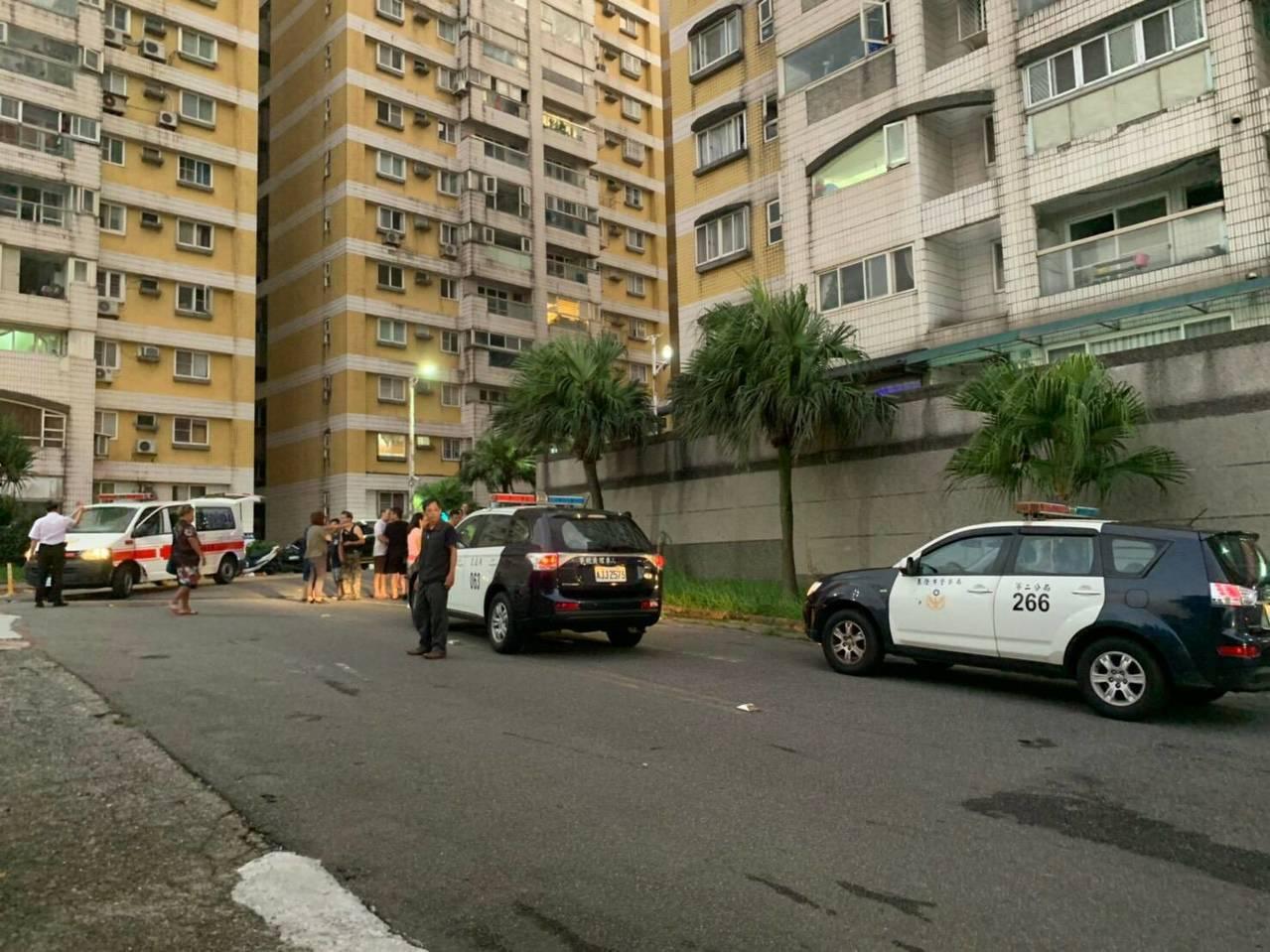基隆市觀海街一處大型社區今天晚間發生一起車禍意外,總共有5人受輕傷送醫。 記者遊明...