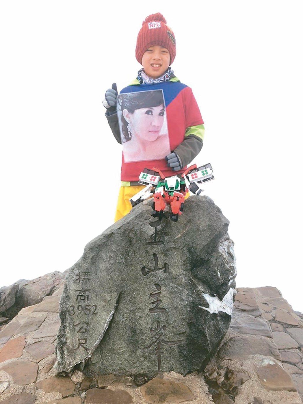 宜蘭8歲男童鄒澤綱帶著媽媽遺照攻上玉山頂,兌現對媽媽的承諾,令人動容。 圖/鄒品...