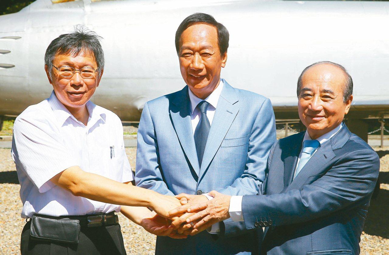 鴻海創辦人郭台銘(中)、台北市長柯文哲(左)、立法院前院長王金平(右)昨一同出席...