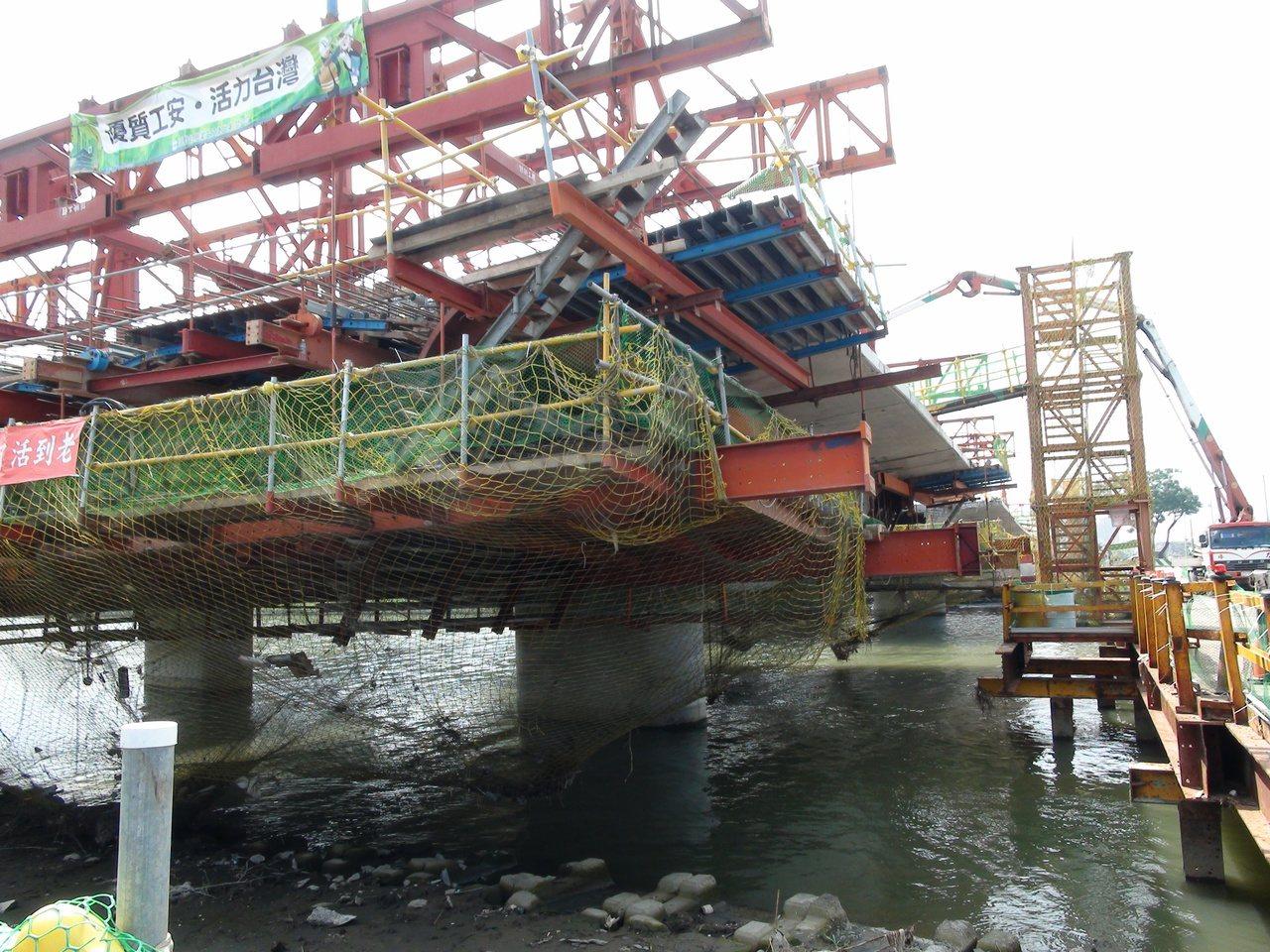 高雄楠梓後勁溪附近的濱海聯外道路開闢工程,首度嘗試在市區使用大底版推進工程,這種...
