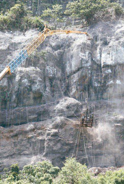 輕颱白鹿路徑預期將穿越台灣,昨天在基隆台二乙線北寧路上,為預防土石崩落,有工程人...