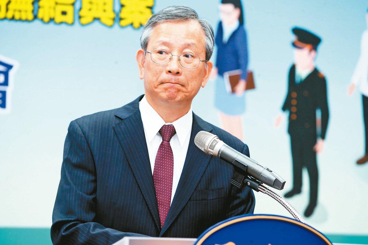 司法院秘書長呂太郎昨就大法官對年改釋憲聲請案作出的三號解釋舉行記者會,對外說明大...