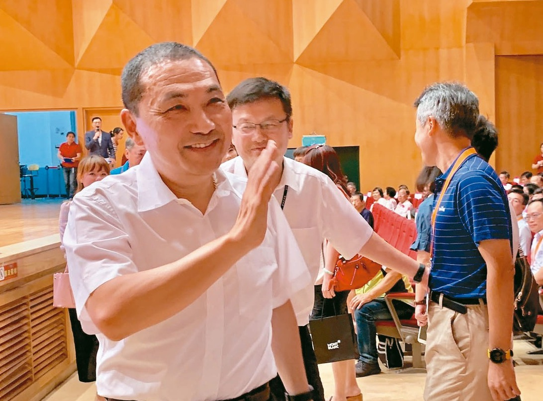 新北市長侯友宜(左)表示,為了減少家暴及避免家庭不樂,希望國小以下在連假周五前不...