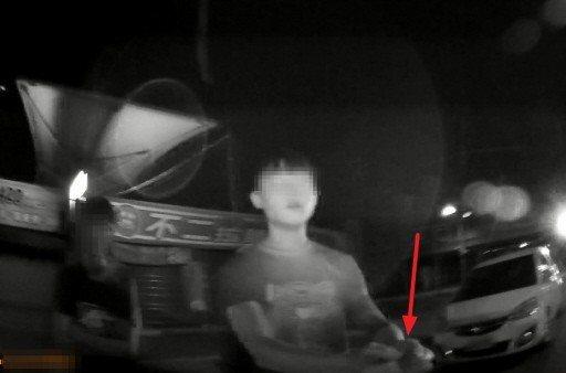 鄧男見到警方直接將雙手舉起(紅色箭頭處),示意讓警方上銬,並坦承「對!就是我砍的...