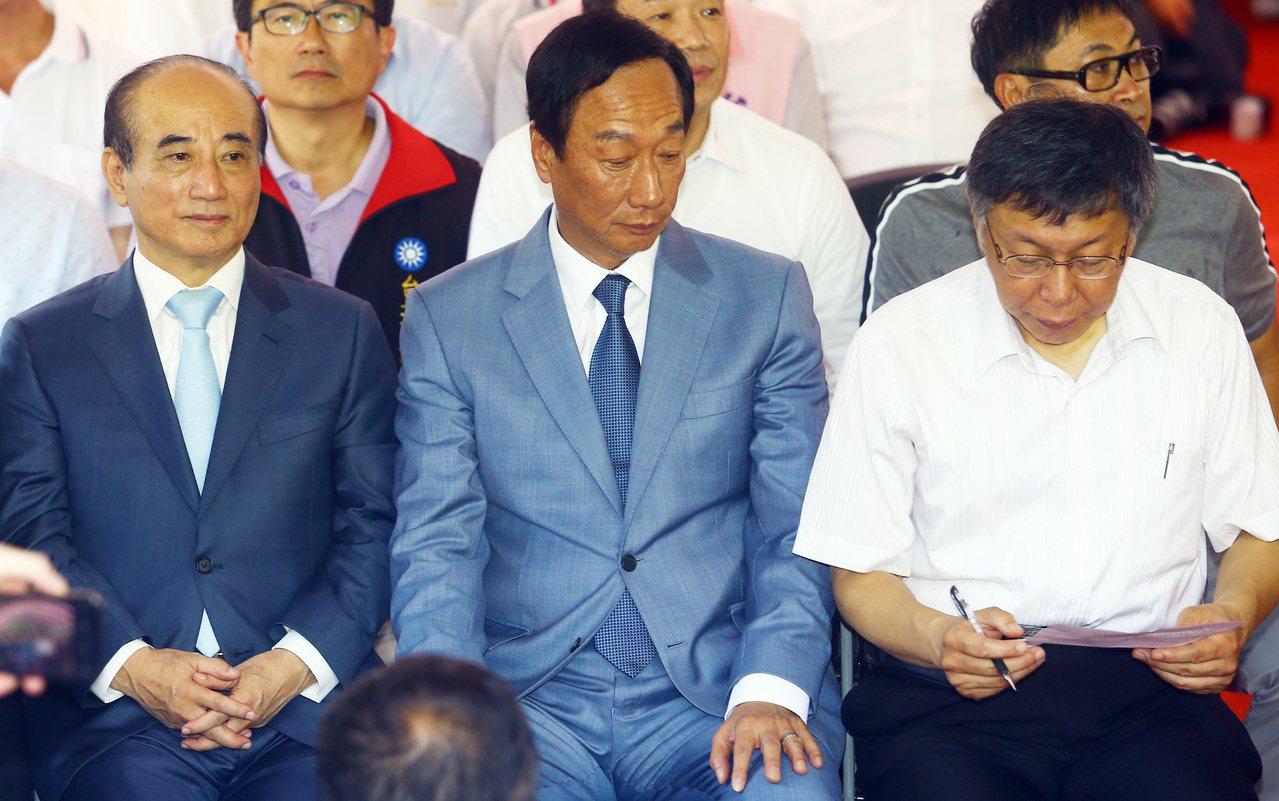 鴻海創辦人郭台銘(中)、台北市長柯文哲(右)、立法院前院長王金平(左)一同出席台...