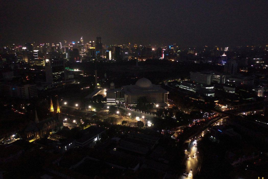 雅加達4日停電,從空中鳥瞰一片昏暗。(路透)