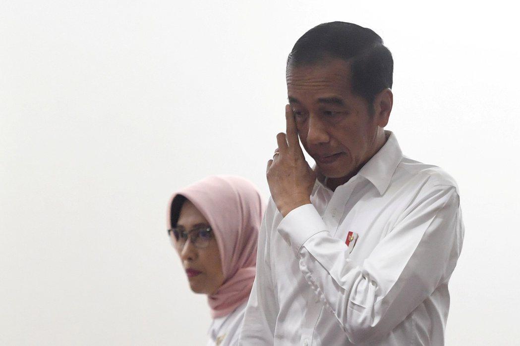 印尼總統佐科威(右)5日面色凝重地走進印尼國家電力公司總部,要求找出停電原因。(...