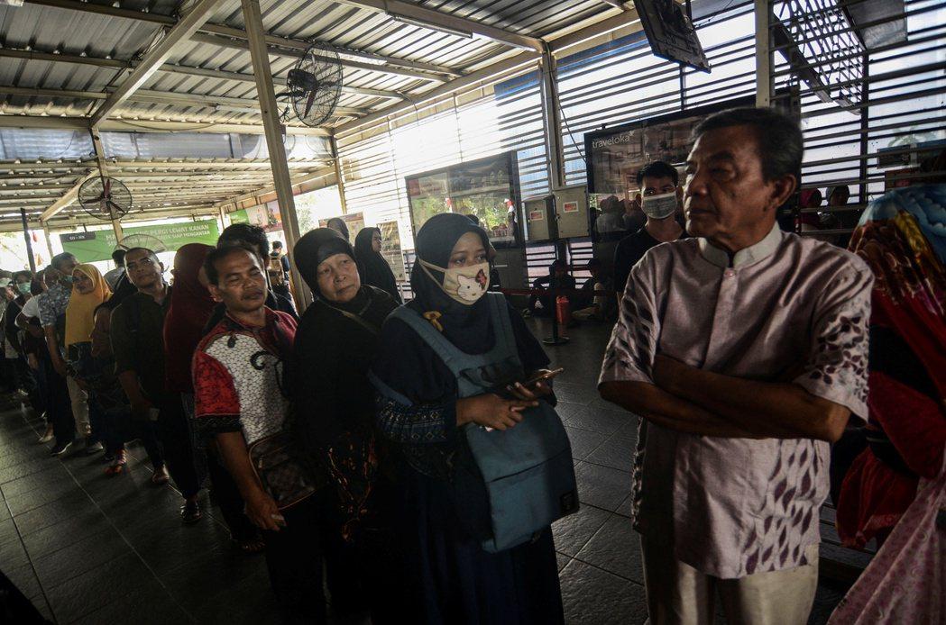 雅加達地鐵4日因為停電而停駛,乘客排隊等著退票。(路透)