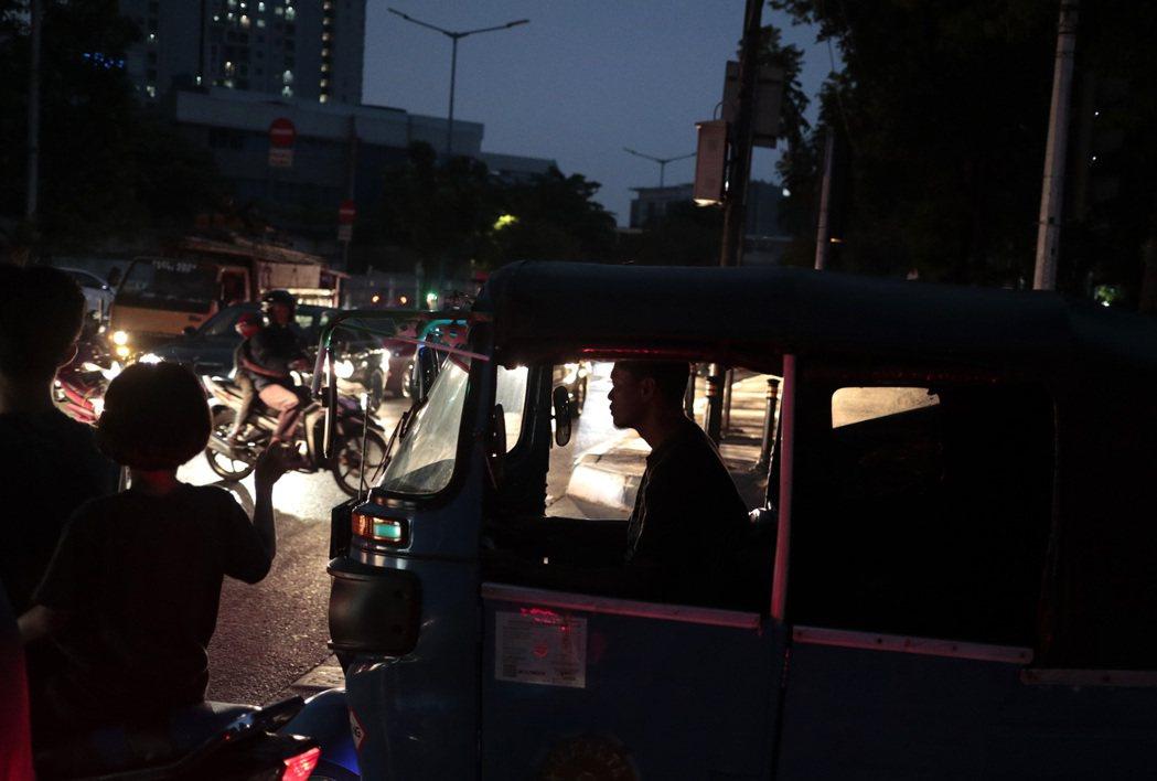 雅加達4日停電,紅綠燈不亮,駕駛人各憑本事過馬路。(美聯社)