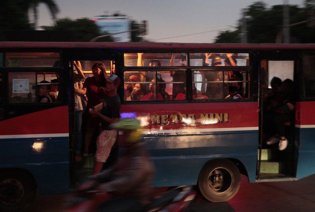 雅加達4日停電時,民眾在漆黑的馬路上搭公車。(美聯社)