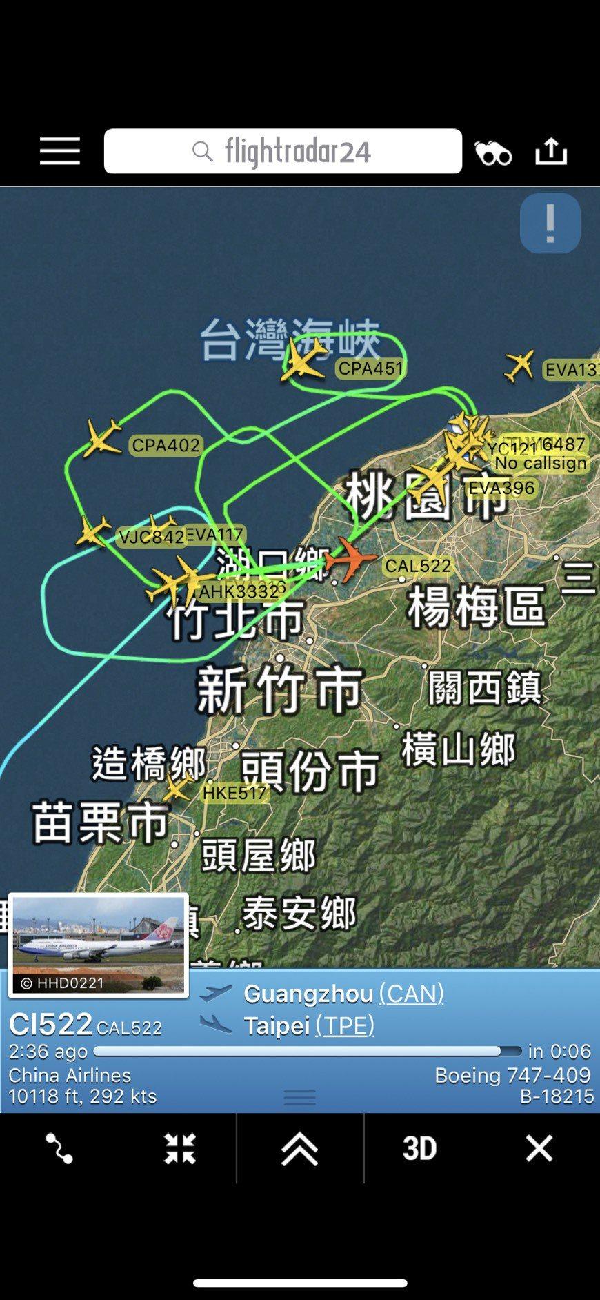 中華航空公司CI-522從廣州飛桃園的班機,24日晚間在桃園機場附近空中盤旋的航...