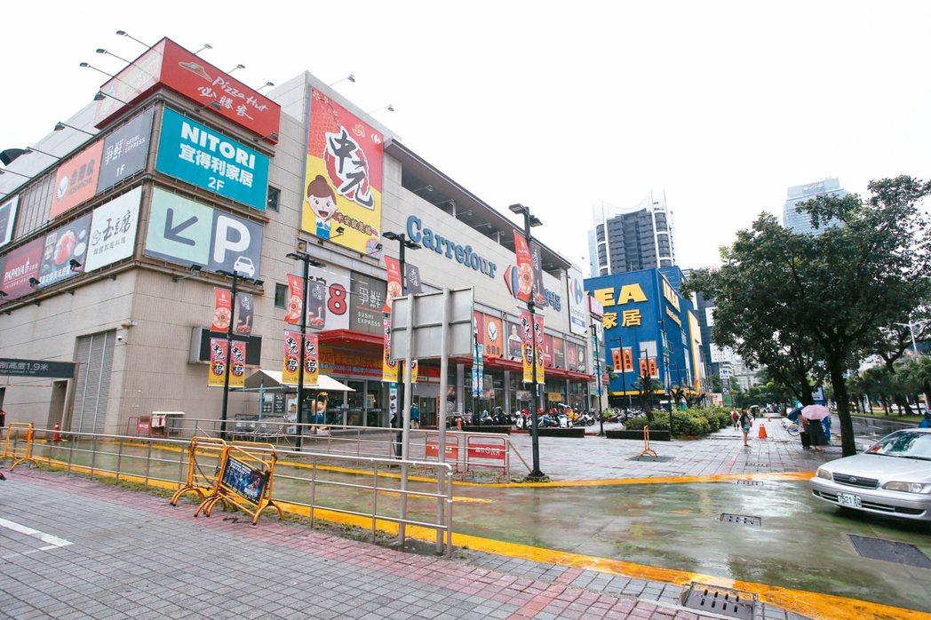 高雄獅甲社區附近有家樂福、IKEA、好市多商圈。 記者劉學聖/攝影