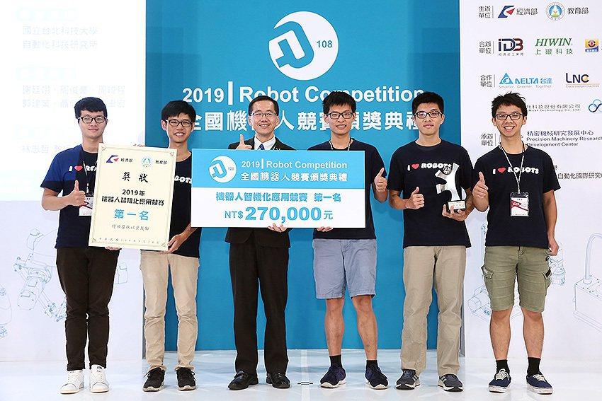 2019年機器人智機化應用競賽第一名得獎隊伍。 經濟部工業局/提供