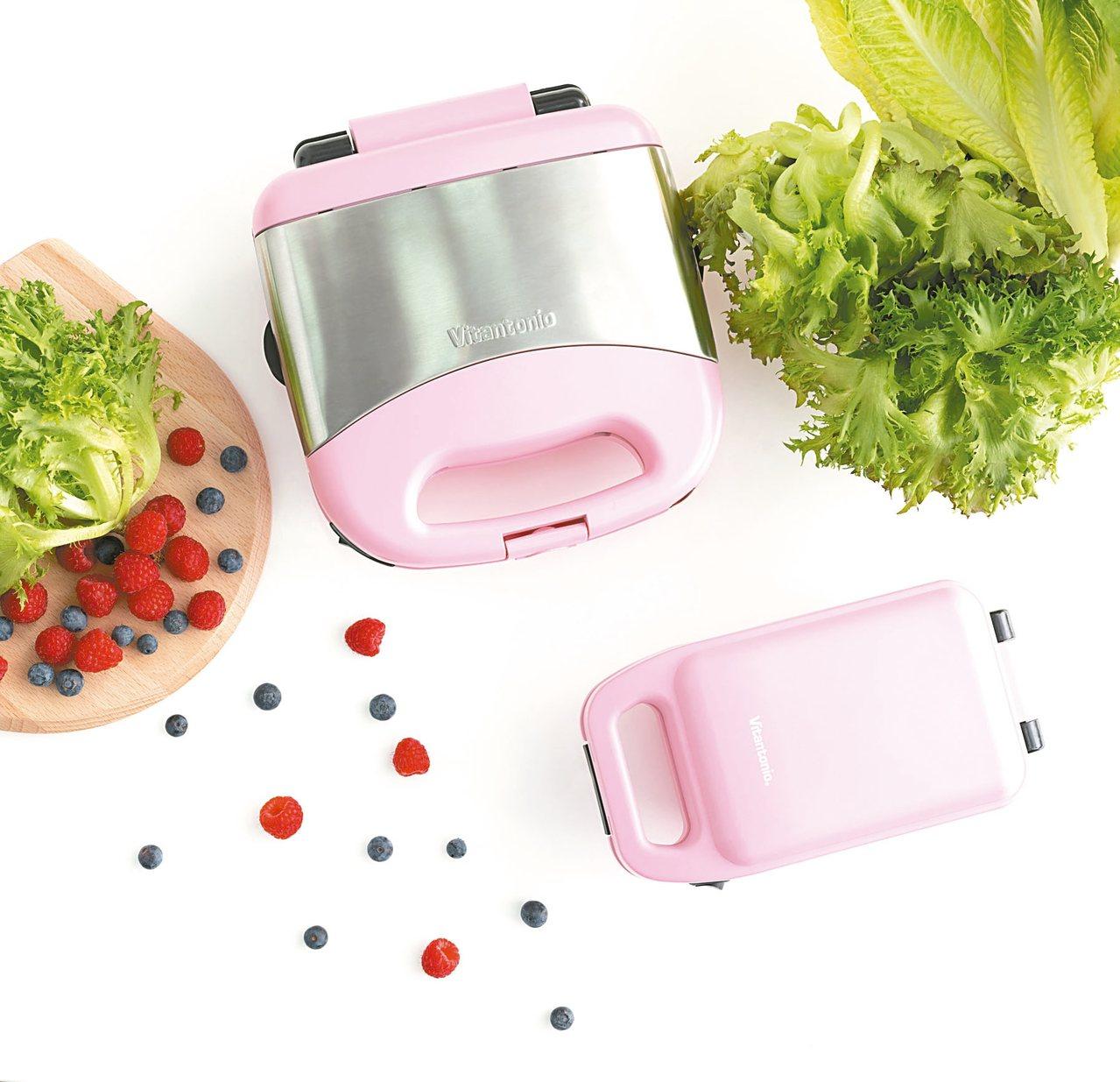 台灣限定粉嫩色系鬆餅熱壓三明治機。 圖/Vitantonio提供