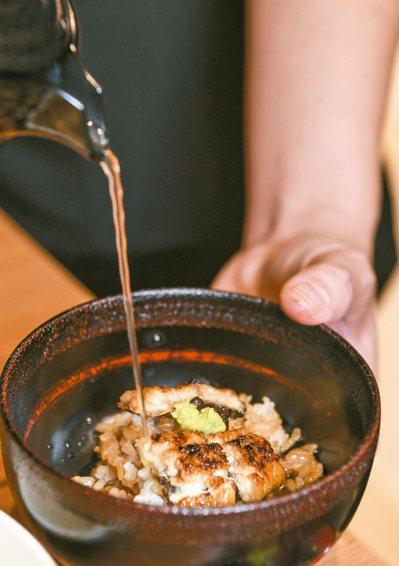 主打鰻魚三吃的「鰻櫃御膳」,最後一步驟可加入清淡爽口的高湯,製成茶泡飯享用。 圖...