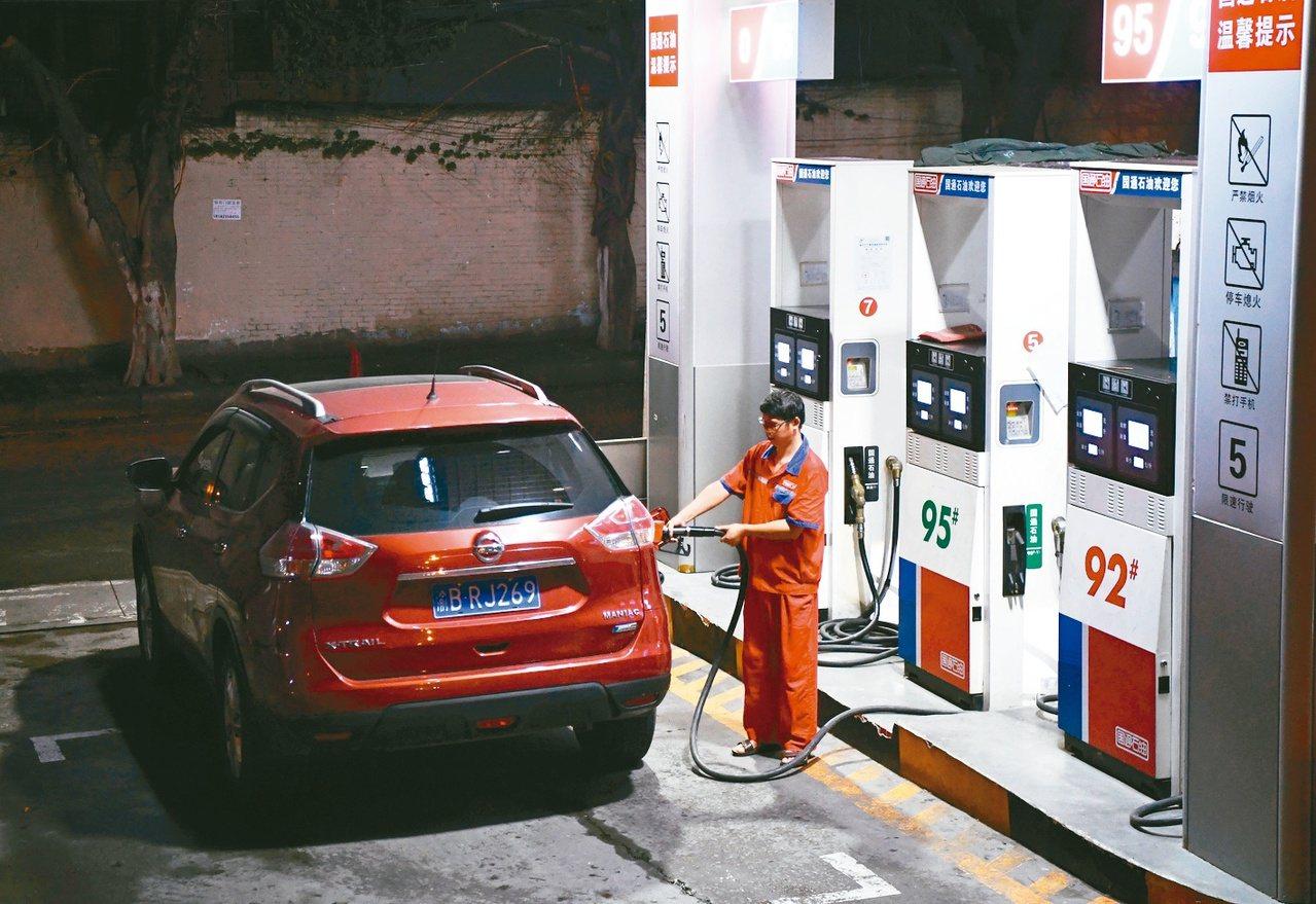 中國大陸將在9月1日對美國原油課稅,圖為大陸加油站。新華社