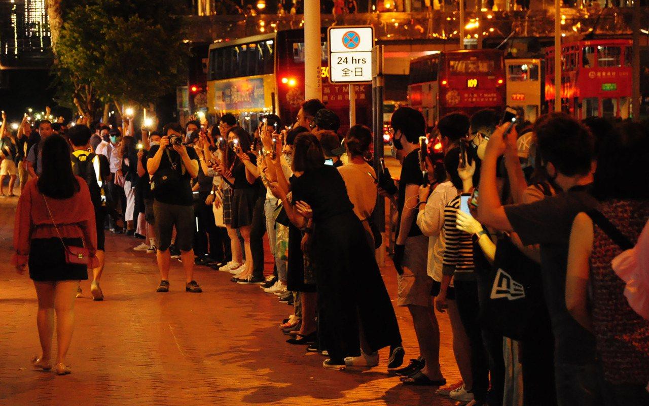 香港23日晚間出現「香港之路」活動,示威者牽手串起人鏈,蔓延全港多區,並在晚間9...