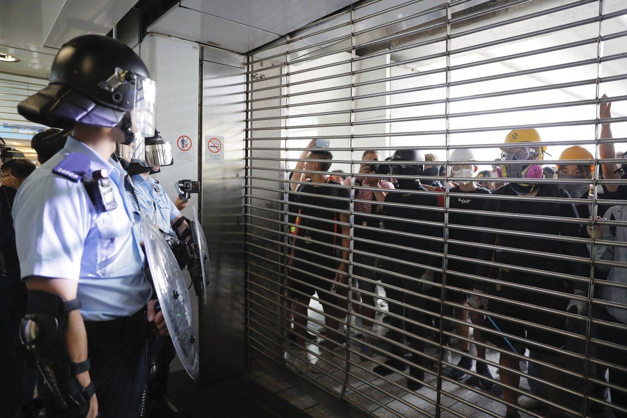 香港「反送中」示威者今天在九龍觀塘舉行遊行結束後,大部分參加人士並未散去,而是轉...
