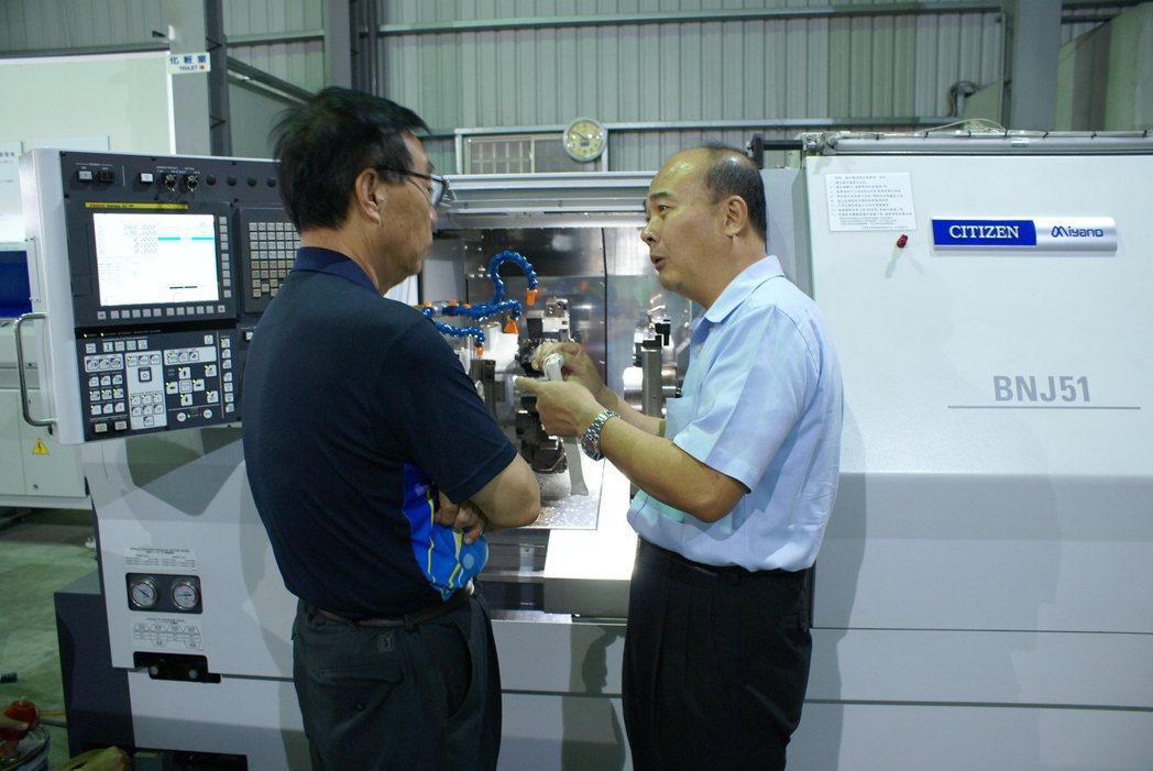 商江貿易總經理陳光楠(右),為來賓詳細解說機器特性。 吳青常/攝影