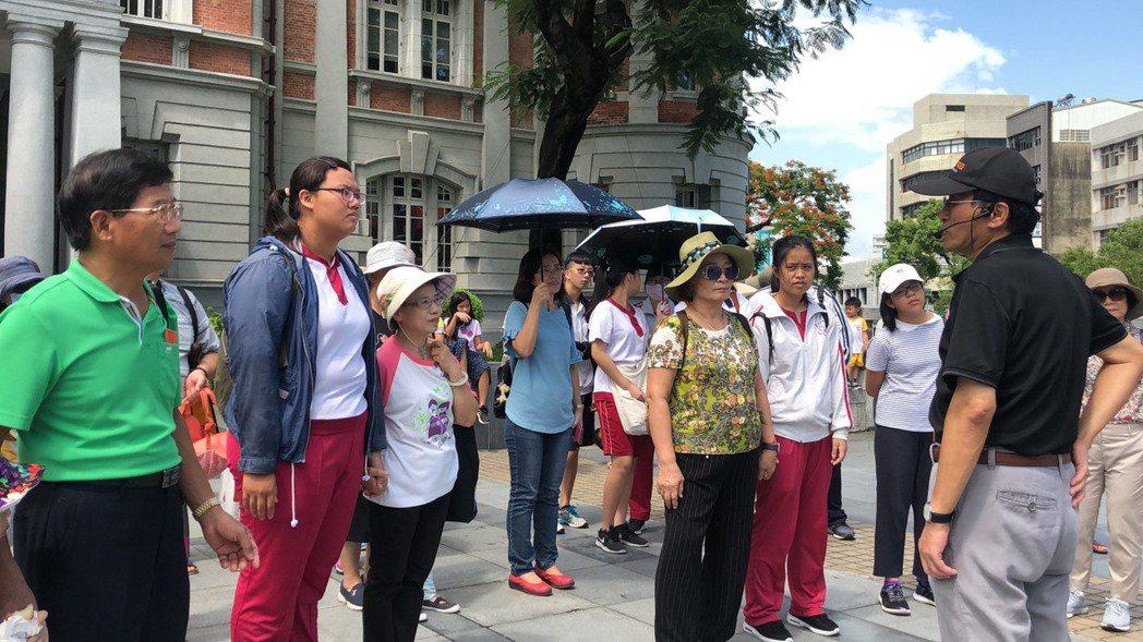 導覽杜老師(右)特別介紹臺南「做16歲」典故,現場長輩也貢獻自己過往經驗,讓年輕...
