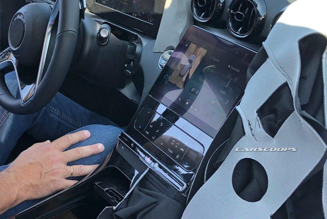 新世代C-Class中控螢幕尺寸比S-Class還要來得小一些。 摘自Carsc...