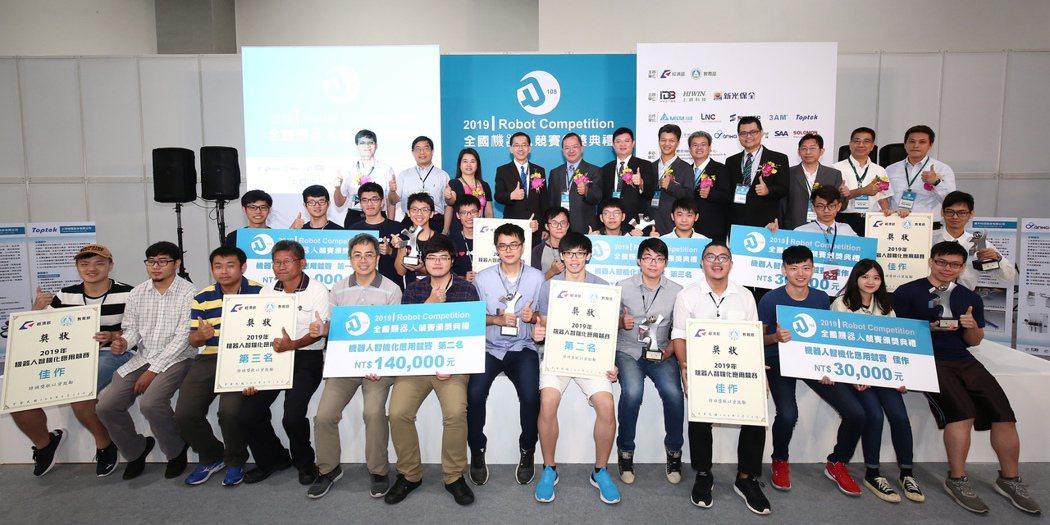 2019機器人智機化應用競賽得獎人於頒獎典禮後合影。 精機中心/提供