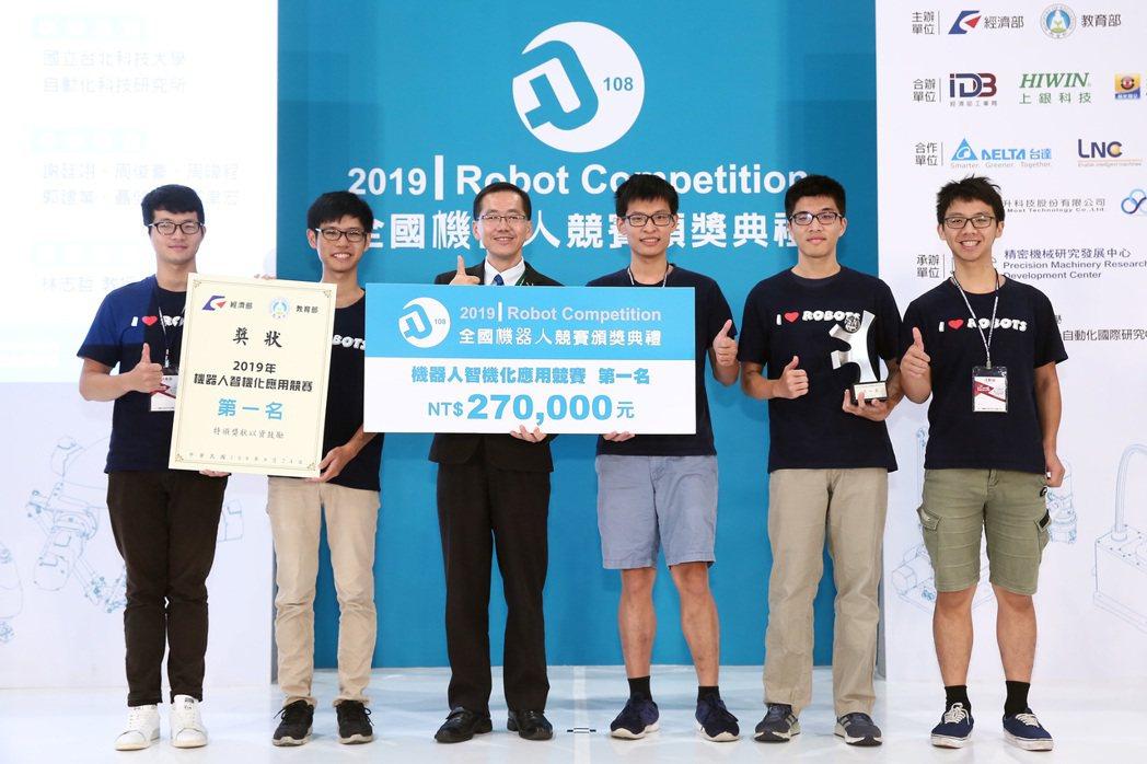 國立台灣大學電機所奪得2019機器人智機化應用競賽第一名。 精機中心/提供