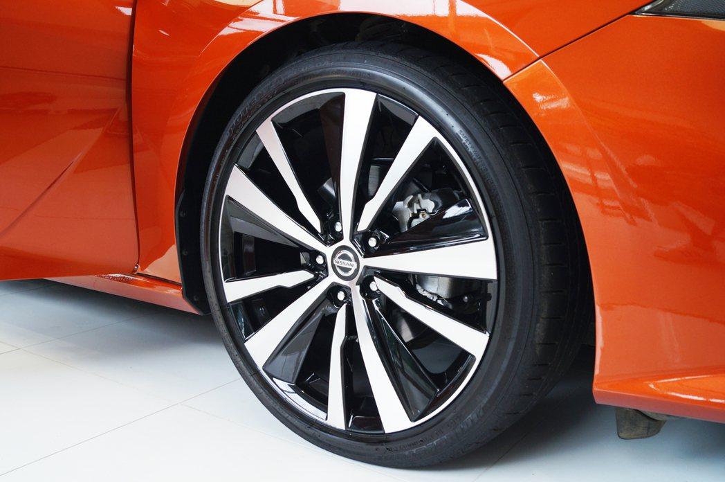 旗艦版配備19吋鋁圈和普利司通RE050A性能跑胎。 記者趙駿宏/攝影