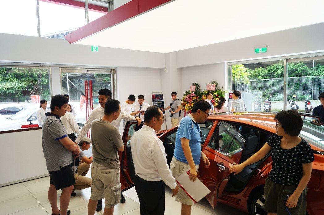 雖然展出第一天為颱風天,仍不斷有消費者進門賞車。 記者趙駿宏/攝影