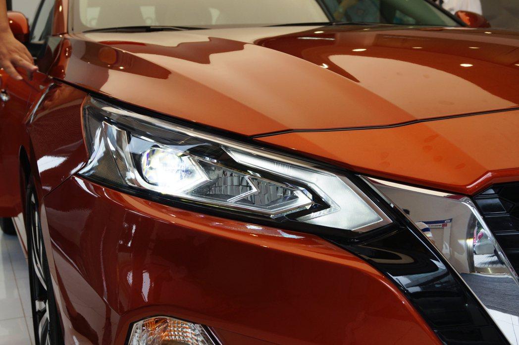 Altima全車系標配LED頭燈組。 記者趙駿宏/攝影