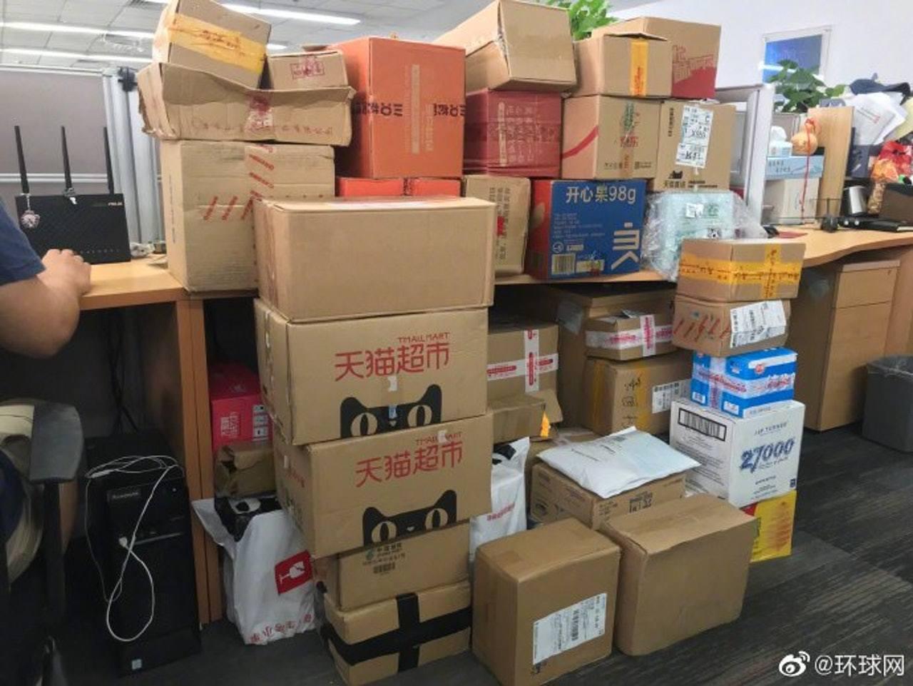 付國豪辦公室座位,堆滿一盒二盒由市民送來的零食。 環球網微博圖片