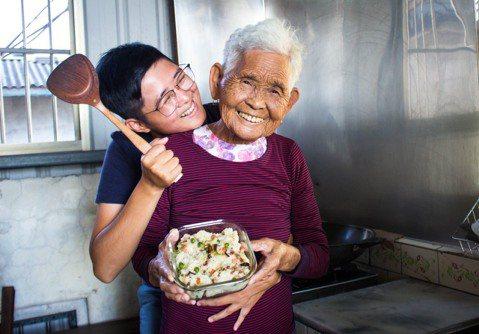 今年高齡86歲的全台最年長YouTuber「快樂嬤」劉張秀,時常分享DIY古早味料理,今天(24日)驚傳不幸病逝的消息。消息一出,短短20分鐘就湧入2萬粉絲難過哀悼,其孫「快樂姐」在臉書難過的說,「...