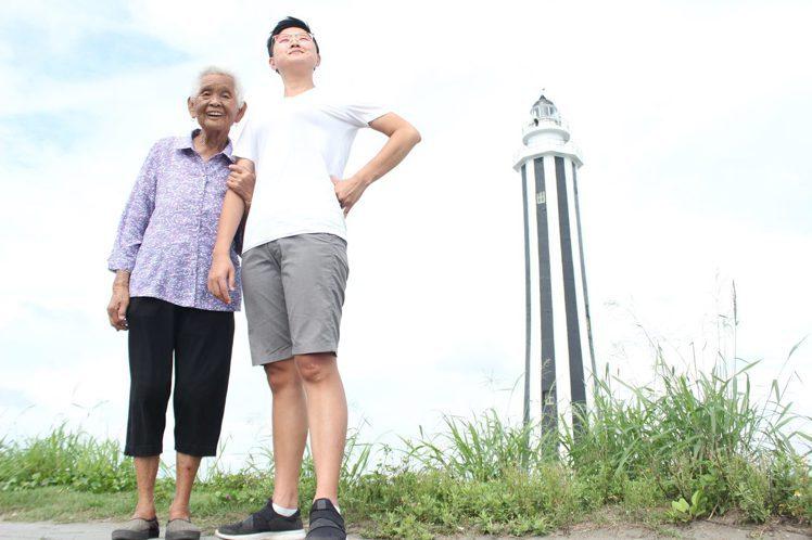 快樂嬤(左)與快樂姊的合照,如今只剩追憶。圖/摘自快樂姊臉書
